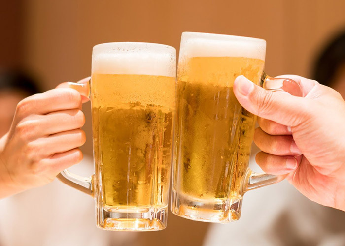 乾杯している人たち