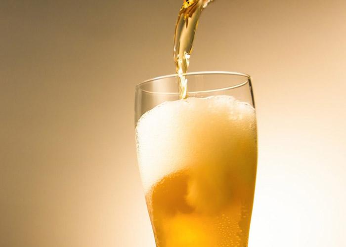 ビールが注がれている